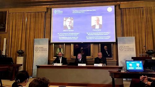 Copenhague, 8 oct (EFE).- Los estadounidenses William D. Nordhaus y Paul M. Romer ganaron hoy el Nobel de Economía por haber abordado métodos para favorecer el crecimiento sostenible y sobre la relación entre la economía y el clima, informó hoy la Real Academia de las Ciencias Sueca.