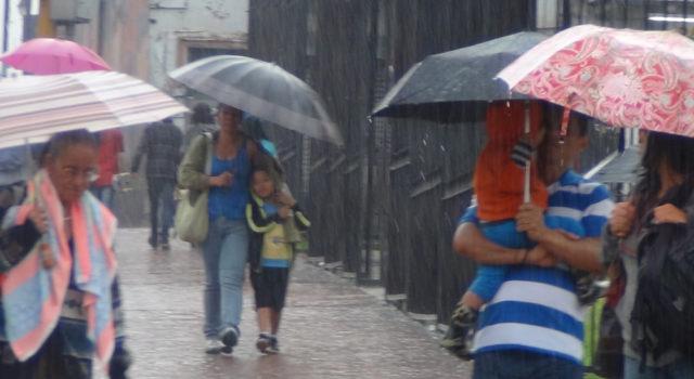 Una onda tropical provocará hoy lluvia y tronadas