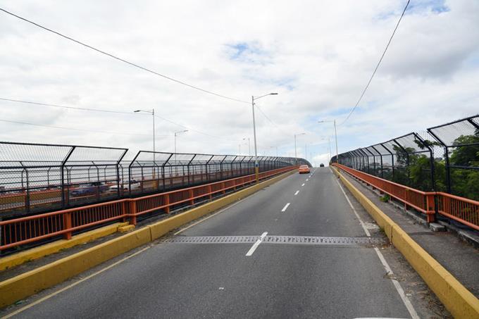 Transporte. El puente conecta el DN con Santo Domingo Este.