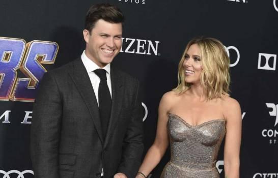 Actriz Scarlett Johansson y Colin Jost se comprometen en matrimonio