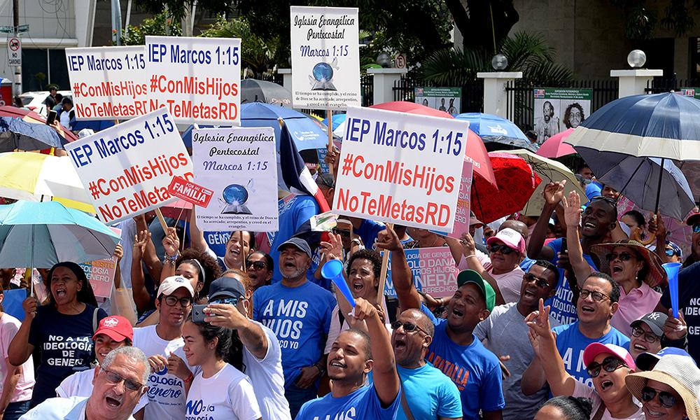 """Iglesias y colectivo """"Con mis hijos no te metas"""" llevan protesta al MINERD"""