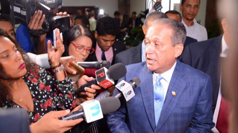 Reinaldo afirma manifestación de Leonel frente al Congreso deja mucho que desear