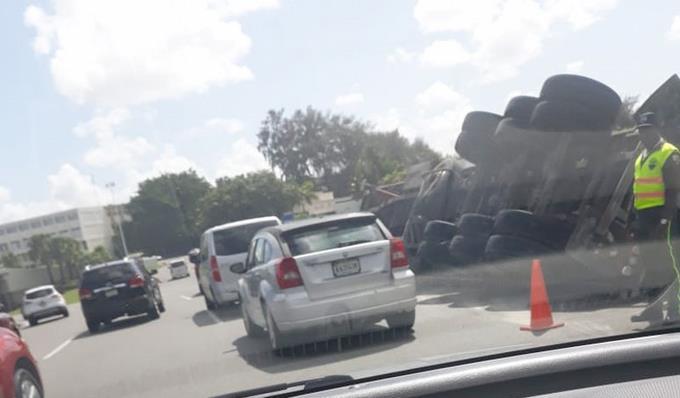Vuelco de camión provoca congestionamiento del tránsito próximo a la Plaza de la Bandera