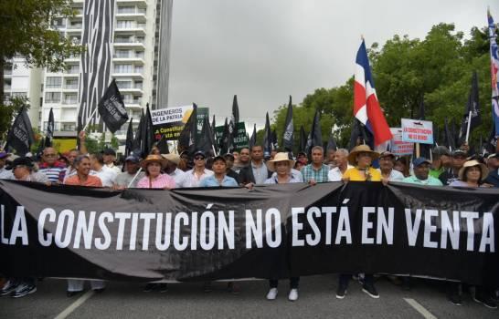 Seguidores de Leonel desafían la lluvia y marchan hacia el Congreso Nacional