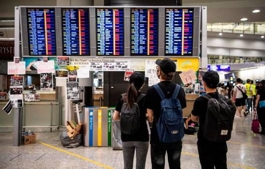 Los manifestantes vuelven a provocar la parálisis del aeropuerto de Hong Kong