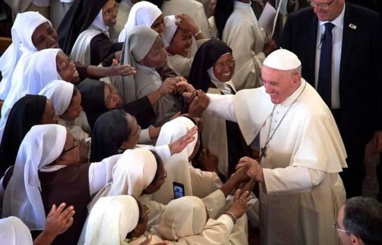 """El papa: """"Que nadie tome a Dios como pretexto para levantar muros"""""""