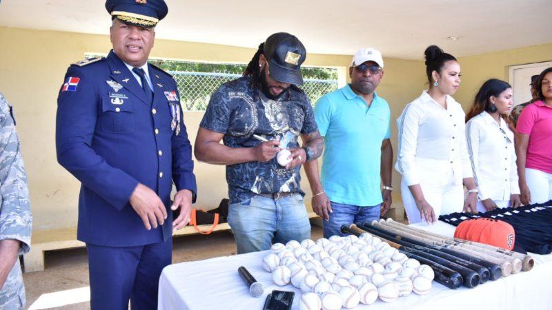 El pelotero de Grandes Liga Jhonny Cueto visita Base Aérea Puerto Plata