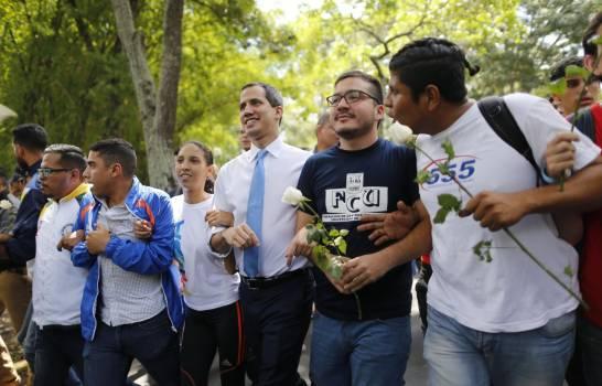Guaidó pide a los venezolanos a luchar en las calles contra Nicolás Maduro AP