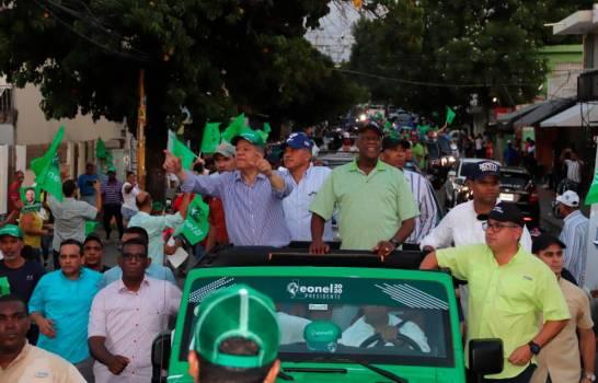 Leonel y Johnny encabezan caravana en el Distrito Nacional