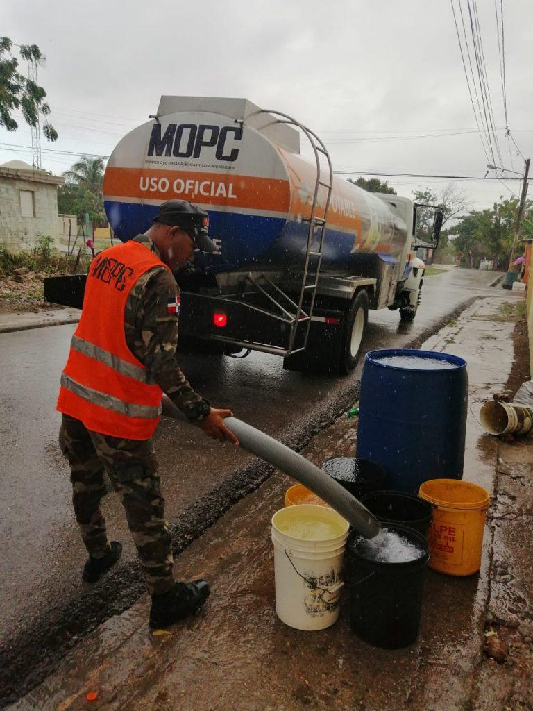 MOPC desinfecta decenas de sectores y avenidas del país