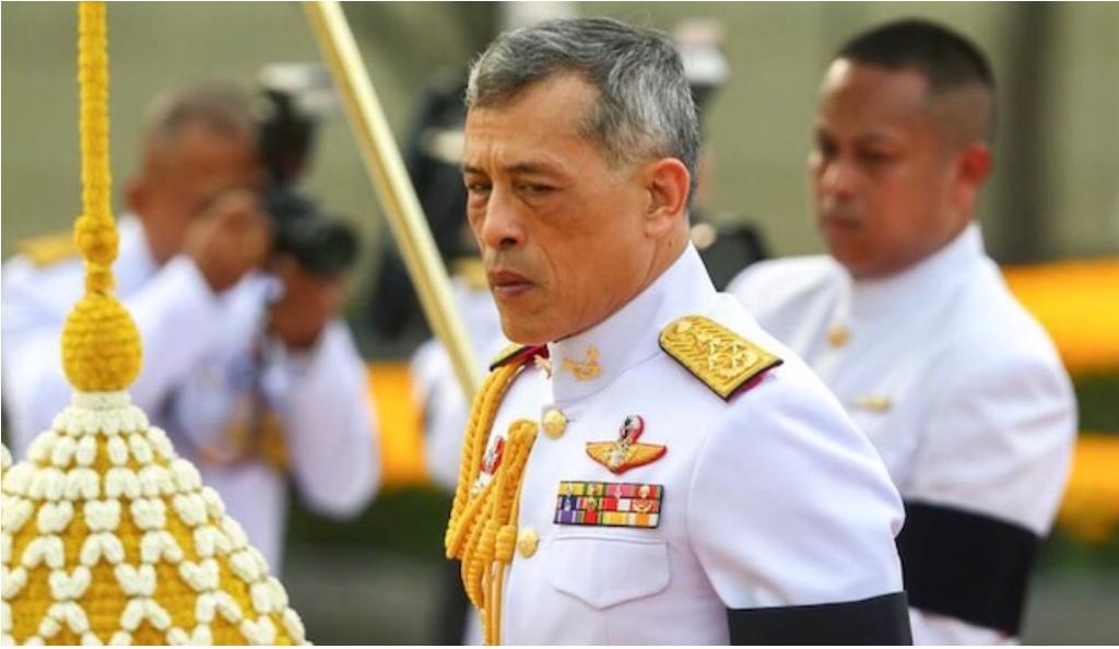 El rey de Tailandia hace cuarentena con su harén de 20 mujeres