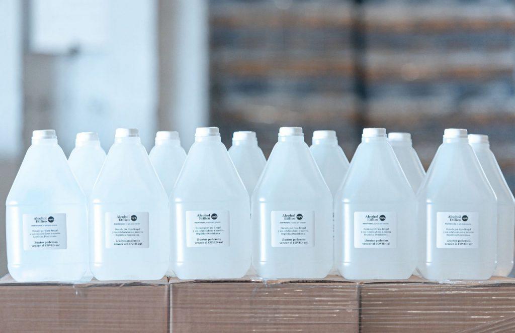 Casa Brugal aporta 150 mil  litros de alcohol para hospitales