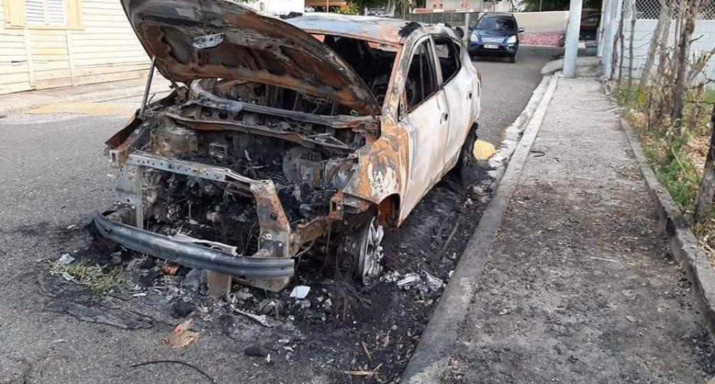 Desconocidos incendian vehículo de la esposa excandidato alcalde en Puerto Plata