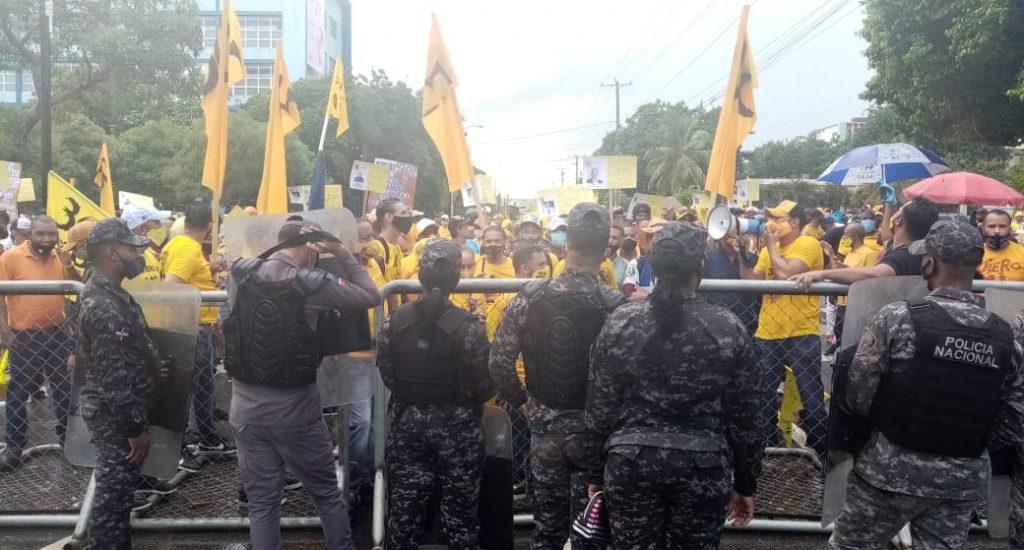 Lanzan bombas lacrimógenas y piedras durante protesta por el 30 % de las AFP