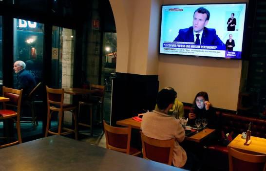 Francia decreta nuevo confinamiento, pero escuelas se mantendrán abiertas