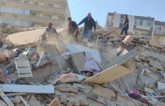 Tsunami, cuatro muertos y 120 heridos por terremoto en el oeste de Turquía
