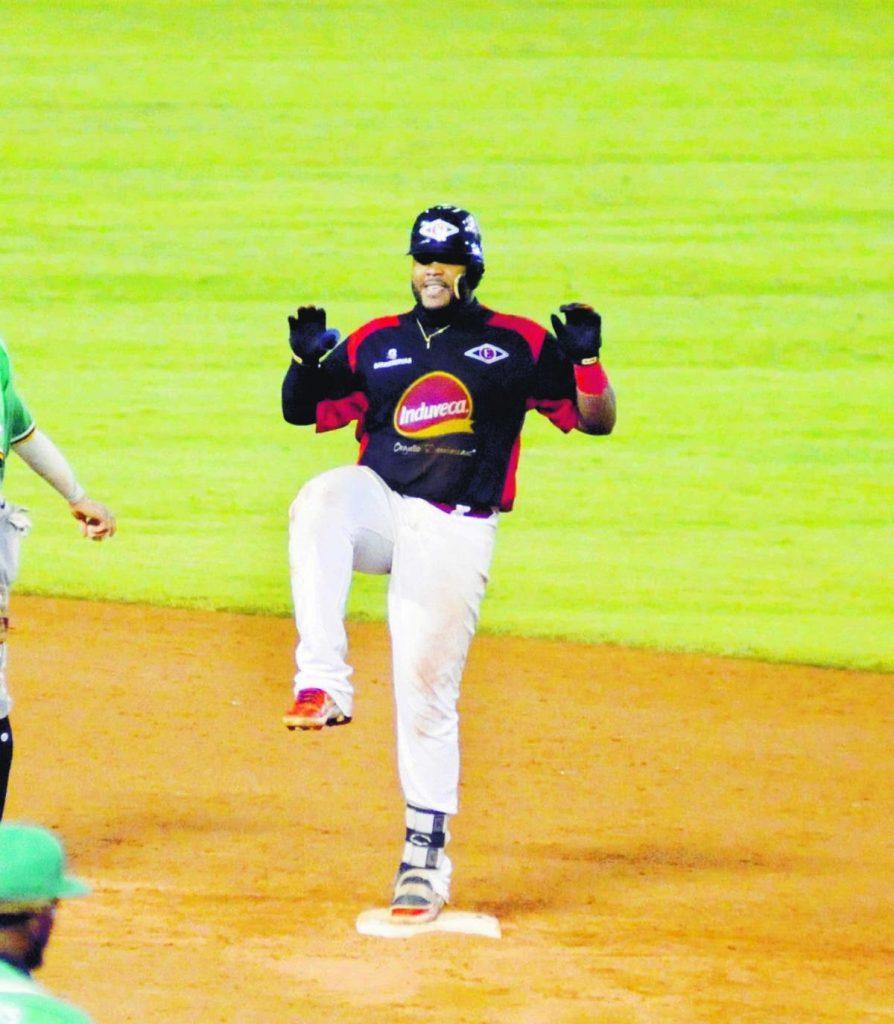 Espinal y Pérez guían triunfo de Leones sobre las Estrellas