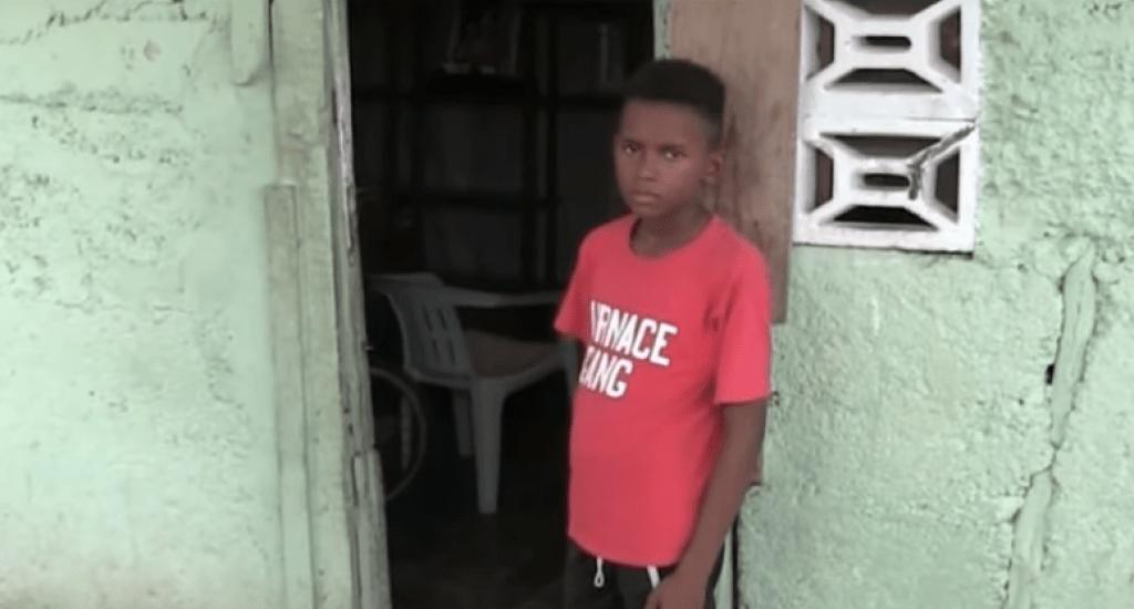 CONANI acoge caso niño de 13 años vive solo en una casa encima de un árbol en Azua