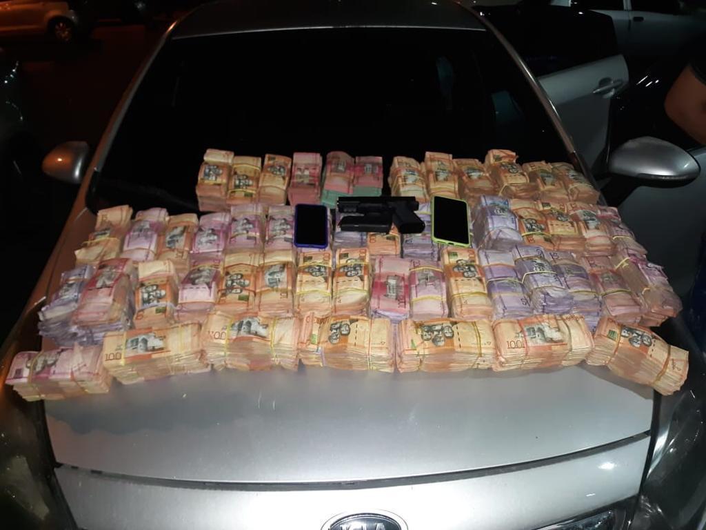 Capturan a dos hombres en el puente Juan Bosch con 8 millones de pesos en efectivo