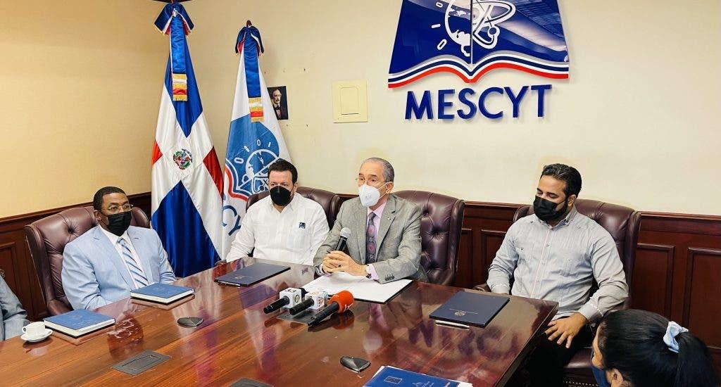 MESCYT firma acuerdo con universidades para formar a mil docentes en tecnologías de la información y comunicación