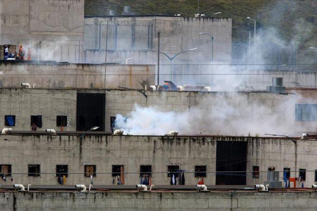 Suben a 75 los muertos en enfrentamientos entre bandas en prisiones de Ecuador