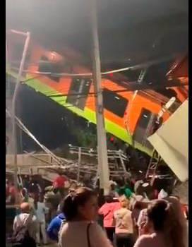 Se desploma una vía elevada con vagones del Metro de Ciudad de México