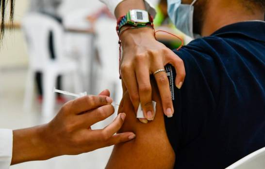 Gobierno anuncia que unas 220 mil personas se han vacunado en última semana