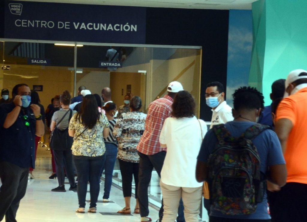 Asistencia sigue masiva a centros vacunación de SD